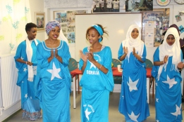Erik Ullenhag besökte Somaliska Freds september 2014 - dans