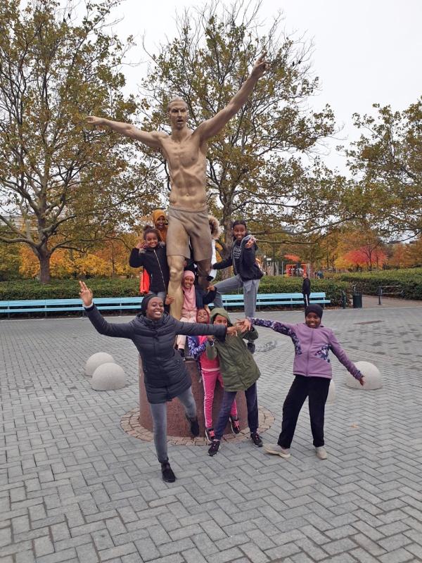 Somaliska Freds i Rosengård vid Zlatan-statyn